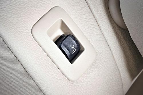 Klart och tydligt ska det vara. Går inte att missta att om du trycker på denna knapp så fäller du stolsryggen.