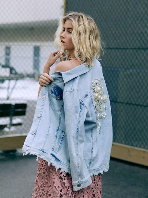 Jeansjacka av bomull, stl 32-44, 849 kr, River Island. Spetsklänning av polyester, stl 34-42, 599 kr, Gina Tricot Exclusive Collection.