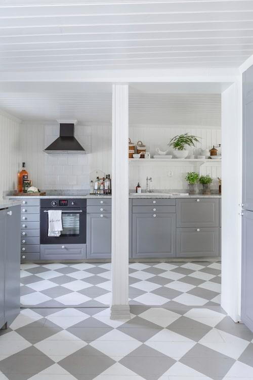 Ikeakök och matchande rutmålat golv.
