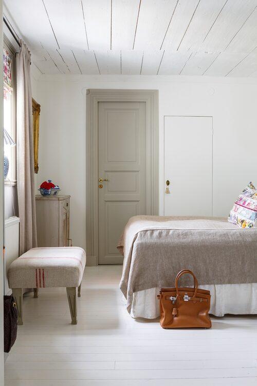 Åsa och Tomas sovrum var tidigare ett kök. Överkastet kommer från Zara home.
