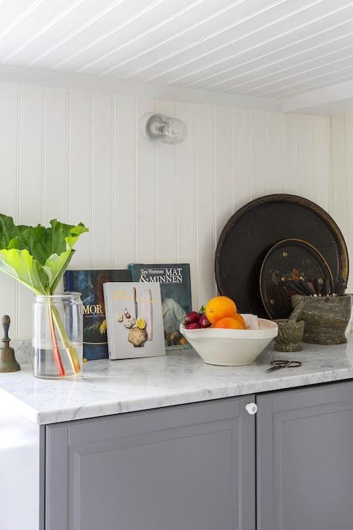 Vit pärlspont ger köket den härligt gamla lantliga prägeln.