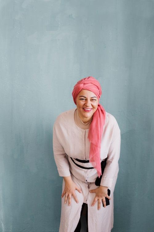 Zeina är inte bara känd för sina skills i köket – hennes fina och färgglada sjalar och slöjor inspirerar också.