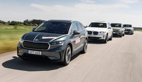 Tjeckien tillverkar inte bara bensin- och dieselbilar. I Skodas fabrik i Mladá Boleslav tillverkas elbilen Enyaq (längst fram) som vi har testat mot BMW iX3, Volvo XC40 Recharge och Mercedes EQC.