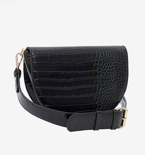 Svart väska i läderimitation.