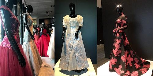 Vackra klänningar på utställningen. Till vänster: Klänningar som burits av prinsessor och drottningar. I mitten: Ett över 100 år gammalt couture-verk som bars av Selma Lagerlöf när hon tog emot Nobelpriset 1909. Till höger: Sara Danius klänning från Nobelfesten 2015. Foto: Marika Cederlund.