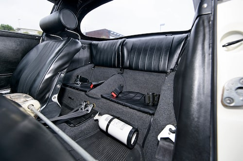 Baksätet i en Porsche 911 har aldrig varit rymligt eller praktiskt. Inte heller i en Targa-modell. Takhöjden förbättras dock avsevärt när bakrutan demonteras.