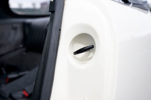Att en 911 har motorn bak vet de flesta. Att hitta mekanismen som öppnar luckan är svårare.