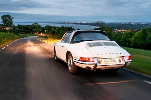 Porsche lanserade 911 Targa år 1966 som världens första säkerhetscabriolet. Ipressmaterialet beskrevs fyra olika takkonfigurationer kallade Spyder, Hardtop, Voyage och Bel Air. Här ser vi Steffen Kjellhög framföra sin Targa i Hardtop-läge.