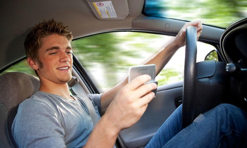 Det måste bli ett slut på facebookande, twittrande och sms:ande bakom ratten.