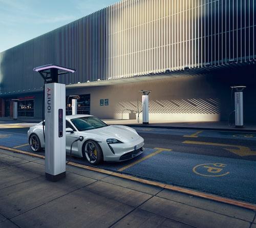 Porsche Taycan Turbo S på laddning.