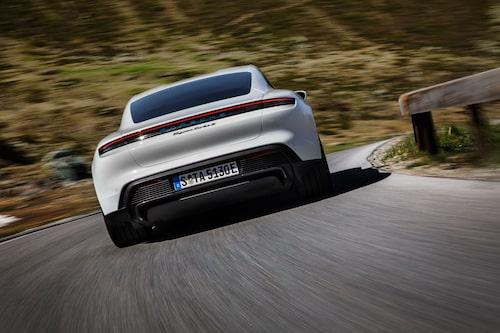 Porsche Taycans bakre elmotor arbetar med hjälp av en tvåväxlad kraftöverföring. Första växeln används från stillastående och ger mer tryck i accelerationen, andra växeln med lång utväxling används vid högre hastigheter och hjälper till att hushålla med energin.