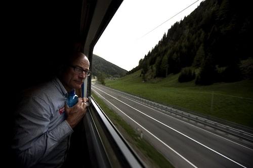 Mikael Stjerna spanar ut på en väg han slipper köra.