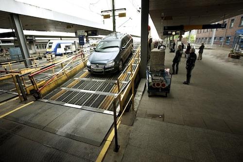 Att köra upp bilen på tåget är inte svårt, det går bilvägar ända till perrongen.