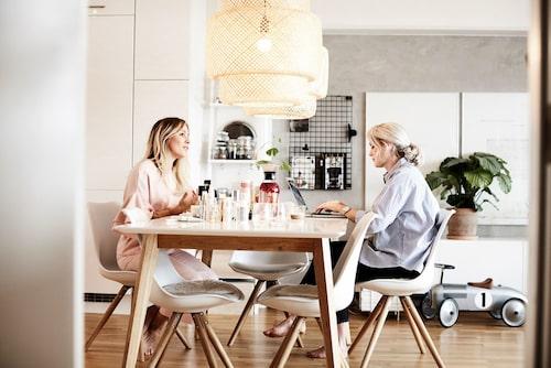 mamas bloggare och skönhetsredaktör Frida Fahrman hälsade på hemma hos Anja Forsnor.
