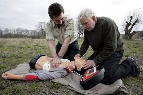 Hjärt- och lungräddningskurs är bra att ha i bagaget. Defibrillator hänger också med på resan.