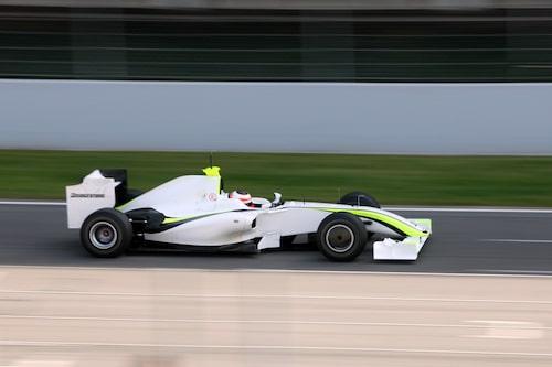 Brawn GP:s bil ser lite tafatt ut med sin nakna kaross. Men det ska till en massa sponsorlogotyper och då blir det bättre.