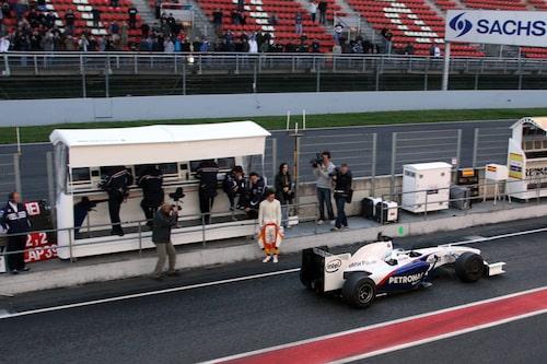 Alonso slänger långa blickar efter polarens bil.
