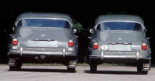 Saab 99 till vänster, 96 till höger. Den till vänster är den hemliga testbilen Paddan som användes som testbänk under utvecklingsfasen.