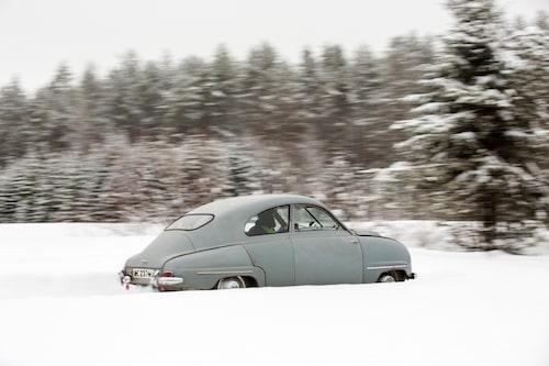 Smala, slingrande vintervägar passar perfekt för en smal, strömlinjeformad svensk bil. Utfällbara körriktningsvisare är det enda som kan indikera kursändringar.