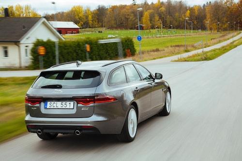 Bilen har till viss del namnet emot sig. Modellbeteckningen Sportbrake osar aktiv livsstil, design och trånga innerutrymmen men XF Sportbrake är nämligen mer praktisk och rymligare än man kan tro.