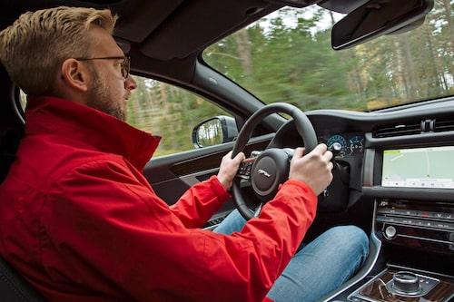 Det finns ett stort utbud av motorkonfigurationer att välja mellan. Vi kör den näst starkaste dieseln som heter 25d AWD. Det är en fyrcylindrig tvålitersmotor med hela 240 hk och 500 Nm. Köp inte den.