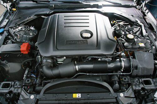 Den fyrcylindriga dieseltvålitersmotorn på 240 hk behöver du inte. Välj 180-hästaren i stället.