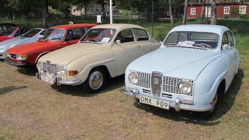 Ett pärlband av klassiska Saab-bilar.