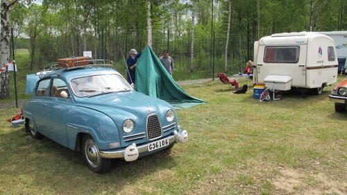 En annan har kommit med sin tvåtakts-Saab modell 96 med tillhörande tält/husvagn.