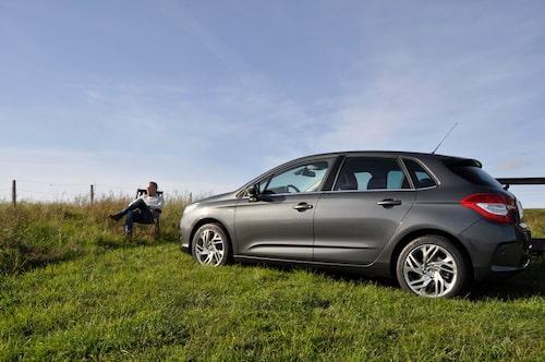 David Lilja njuter i solen tillsammans med nya Citroën C4.