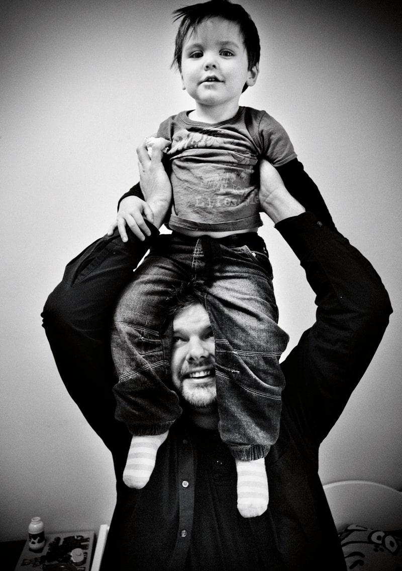 """""""Jag tänker varje dag på hur lyckligt lottad jag är"""", säger Jonas, här med sonen Theodore, 3."""