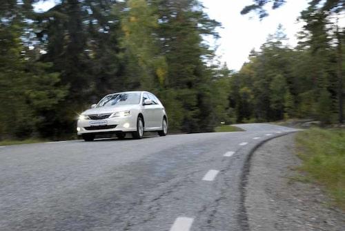 Den långa hjulbasen ger mycket bra fjädringskomfort. Trots det är Impreza inte sävlig i kurvor, det är lätt att framkalla överstyrning. En av vinterhalvårets körgladaste bilar.