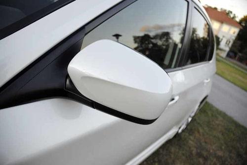 De rejäla backspeglarna är elektriskt infällbara. Värme ingår också och då värms även nederdelen av vindrutan.