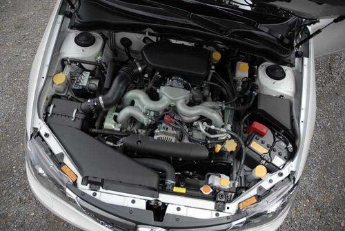 Den redan låga boxermotorn sitter nu ytterligare 22 millimeter längre ner.