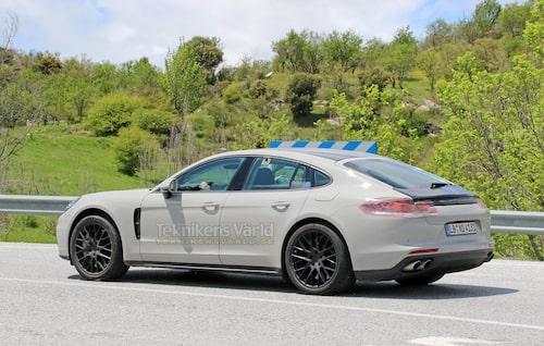 Färsk spionbild på nya Panamera som inte är lika slank som på Porsches skiss. Foto: CarPix.