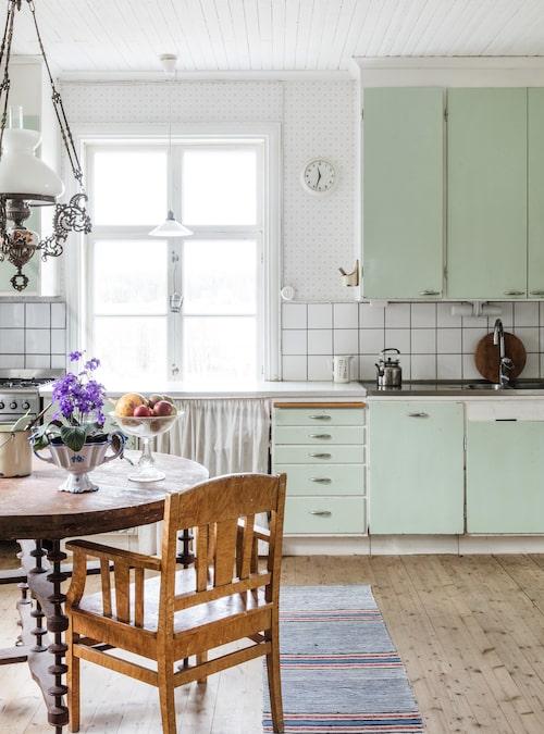 """""""Jag fick mitt 50-talskök av en bloggläsares mormor, och kompletterade med delar från en byggnadsvårdsbutik. Man måste inte köpa ett nytt kök för att det ska bli fint"""", säger Underbara Clara."""