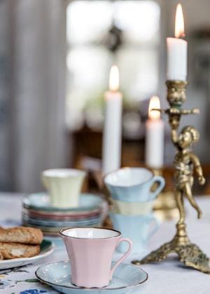 """""""Jag gillar skönhet i små detaljer. Den här lilla kaffeservisen hittade jag på en loppmarknad. Kopparna är rätt opraktiska, man måste dricka väldigt snabbt för att kaffet inte ska hinna kallna, men jag älskar dem. Man kan aldrig ha för mycket porslin"""", säger Clara."""
