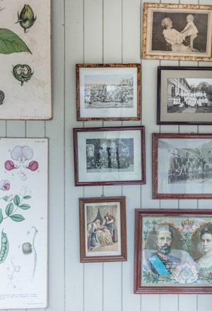 Väggen ute på punschverandan är dekorerad med en mix av fyndade tavlor och ärvda favoriter.