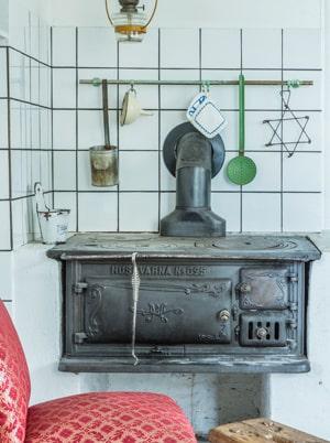 Den antika vedspisen är mest dekorativ –men den fungerar.