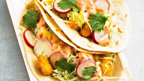 Recept på taco med räkor, rädisor och het majonnäs.
