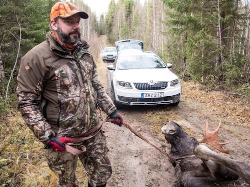 Storjägaren Daniel Andersson tog med sin tama tiotaggare till fotograferingen…