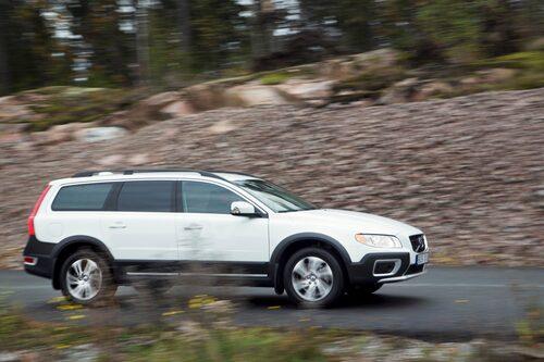 Volvo har betydligt mycket högre markfrigång, 21 centimeter räcker för det mesta du vill utsätta bilen för.