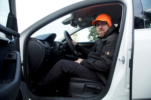Det är bra att Engström har varningsfärg på toppluvan när han ger sig ut på allmän väg.
