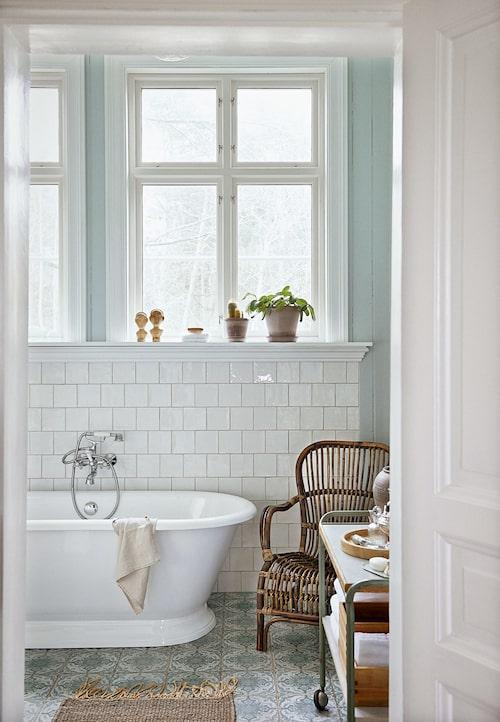 Ur Charmigt och romantiskt – det lantliga badrummet är en dröm, Sköna hem nr 4, 2015.