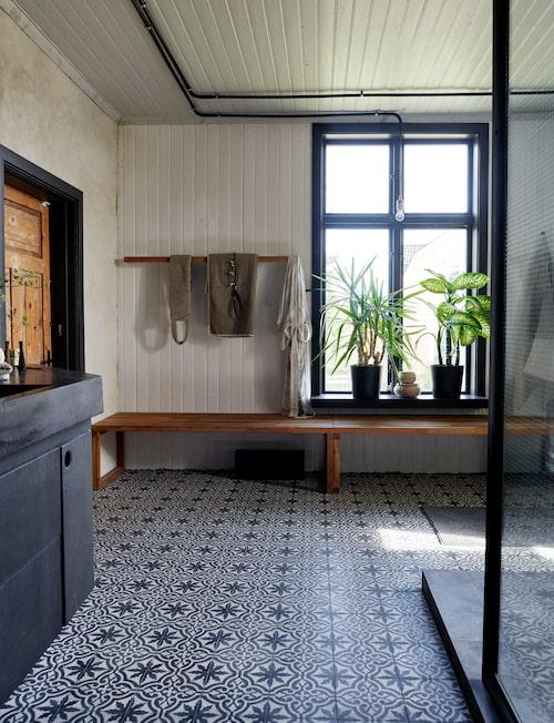 Ur Drömvackert hemmaspa med svärta, stål & betong, Sköna hem nr 2 2017. Styling Isabelle Olander.