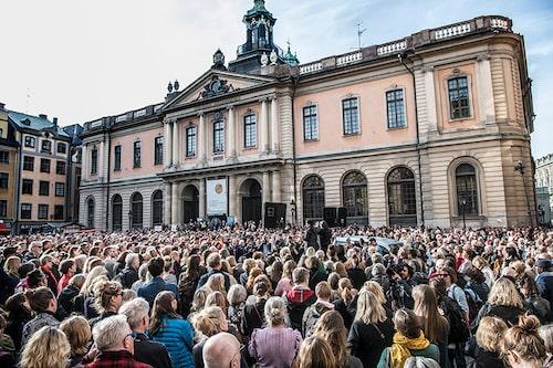 Tusentals slöt upp utanför Svenska Akademin i knytblusupproret – till Sara Danius ära.