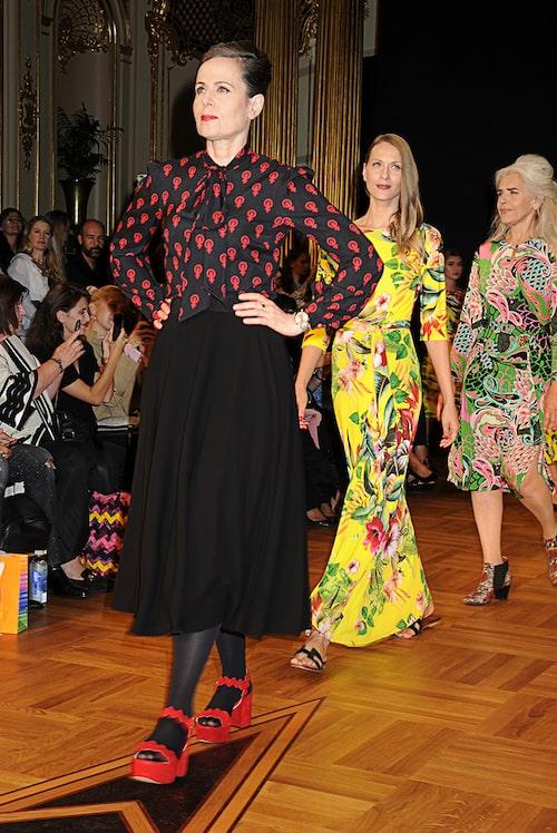 Sara Danius på Camilla Thulins modevisningar under Stockholm Fashion Week, augusti 2018. Knytblusen var ett samarbete mellan Danius och designern.