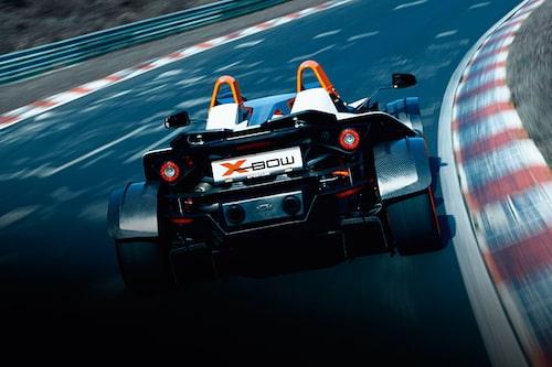 I dag drar KTM X-Bow nytta av kraften från Audis 2,0 TFSI-motor. Den ger antingen 240 eller 300 hästkrafter beroende på modellversion. Mest effekt är det i X-Bow R som du kan se på bilderna nedan. 300 hästkrafter i 900 kilo bil räcker långt, men X-Bow kan i framtiden få mer effekt och då i form av musklerna som sitter gör Audi TT RS och RS3 så busiga. KTM funderar nämligen på att deltaga i Le Mans LMP2-klass med en modifierad X-Bow som använder sig av den femcylindriga 2,5-litersmaskinen med turbo. Den ger i standardutförande 340 hästkrafter. I X-Bow kan det mycket väl bli fler.