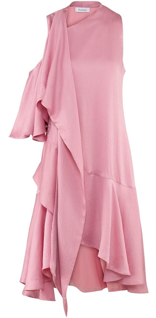 Rosa klänning av siden, stl XS-XL, 4 999 kr, Rodebjer.