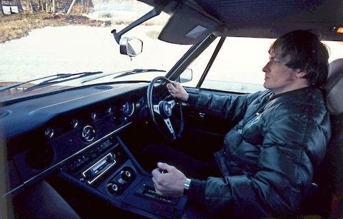 """Nej, bilden är inte spegelvänd. Här är det Jensen FF som visas och den bilen fanns bara med ratten på """"fel"""" sida."""