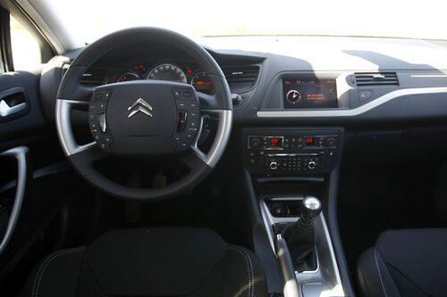 Stillastående rattnav med massa knappar, som fungerar bättre än i Citroën C4. Femväxlad manuell eller fyrväxlad automat i 1,8i och 2,0i.